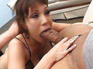 Ava se prend un gros chibre dans le cul