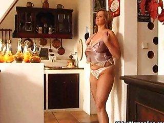Mature housewife fucks herself