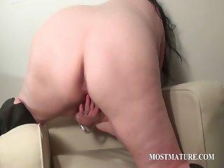 Mature tramp sucks and rubs phallus